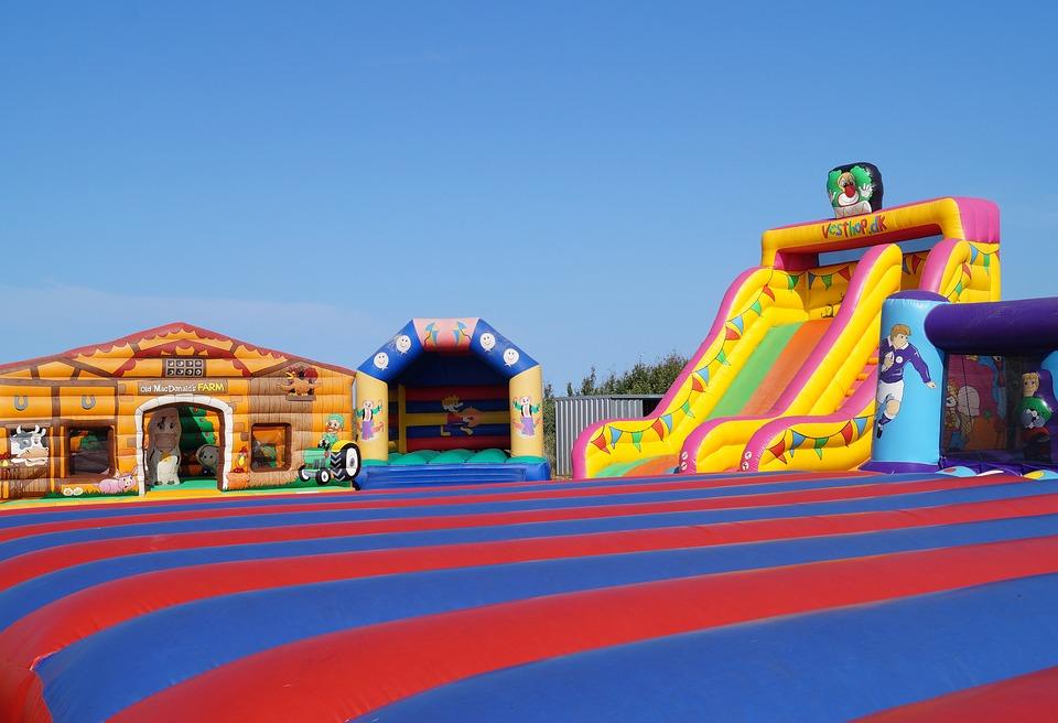 bouncy-castles-3567019_960_720